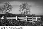 Der weiße Zaun dient als Sicherung für die Besucher an der Steilküste... Стоковое фото, фотограф Zoonar.com/Stephan Herlitze / easy Fotostock / Фотобанк Лори