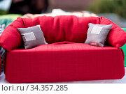 Modell einer roten Couch mit Polster - Sofa, Taschentuchsofa. Стоковое фото, фотограф Zoonar.com/Alfred Hofer / easy Fotostock / Фотобанк Лори