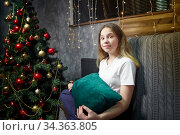 Portrait of a pretty teenager girl in the room decorating for Christmas and New Year. Стоковое фото, фотограф Кривошеина Елена Леонидовна / Фотобанк Лори