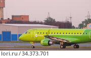 S7 Airlines Embraer 170 departure from Tolmachevo airport. Редакционное видео, видеограф Игорь Жоров / Фотобанк Лори