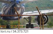 Airplane turn runway before departure (2018 год). Редакционное видео, видеограф Игорь Жоров / Фотобанк Лори