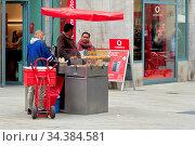 Verkäufer und Kunden an einem Bratwurststand in der Innenstadt von... Стоковое фото, фотограф Zoonar.com/Heiko Kueverling / age Fotostock / Фотобанк Лори
