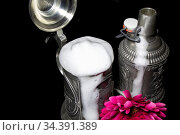 Closure clip of a tin beer bottle with beer mug and flower decoration. Стоковое фото, фотограф Zoonar.com/Stefan Trostel / easy Fotostock / Фотобанк Лори