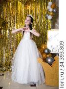 Portrait of happy girl princess in white dress. Стоковое фото, фотограф Евгений Ткачёв / Фотобанк Лори