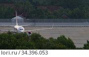 Airplane Boeing 737 being towed before departure. Редакционное видео, видеограф Игорь Жоров / Фотобанк Лори
