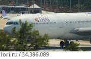 Airbus A330 Thai Airways departing. Редакционное видео, видеограф Игорь Жоров / Фотобанк Лори