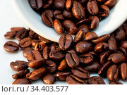Ganze Kaffeebohnen und Becher. Стоковое фото, фотограф Zoonar.com/Stockfotos-MG / easy Fotostock / Фотобанк Лори