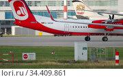 Turboprop airplane taxiing after landing (2017 год). Редакционное видео, видеограф Игорь Жоров / Фотобанк Лори