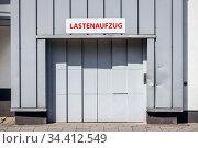 Goods lift, Luise Albertz Halle, congress centrum, Oberhausen, Ruhr area, North Rhine-Westphalia, Germany (2020 год). Редакционное фото, агентство Caro Photoagency / Фотобанк Лори