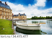 Wood boat in Fontainebleau palace pond, France (2017 год). Стоковое фото, фотограф Сергей Новиков / Фотобанк Лори