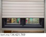 Рольставни установлены на окне. Стоковое фото, фотограф Вячеслав Палес / Фотобанк Лори