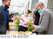 Business Team Leute in der Mittagspause beim Smalltalk und Snack ... Стоковое фото, фотограф Zoonar.com/Robert Kneschke / age Fotostock / Фотобанк Лори