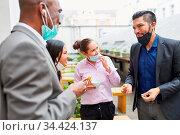 Geschäftsleute beim Smalltalk und beim essen zusammen in einer Pause... Стоковое фото, фотограф Zoonar.com/Robert Kneschke / age Fotostock / Фотобанк Лори
