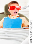 Kind bei einer Laserbehandlung beim Zahnarzt. Стоковое фото, фотограф Zoonar.com/Robert Kneschke / age Fotostock / Фотобанк Лори