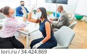 Zwei Business Frauen geben sich den Fist Bump im Büro als Begrüßung... Стоковое фото, фотограф Zoonar.com/Robert Kneschke / age Fotostock / Фотобанк Лори