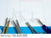 Schnittmuster für ein Kleid mit Werkzeugen wie Schere und Zirkel. Стоковое фото, фотограф Zoonar.com/Robert Kneschke / age Fotostock / Фотобанк Лори