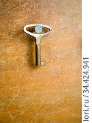 Kleiner Schlüssel hängt an einem Nagel in der Wand. Стоковое фото, фотограф Zoonar.com/Robert Kneschke / age Fotostock / Фотобанк Лори