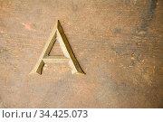 Der Buchstabe A aus Metall auf einer Arbeitsplatte. Стоковое фото, фотограф Zoonar.com/Robert Kneschke / age Fotostock / Фотобанк Лори