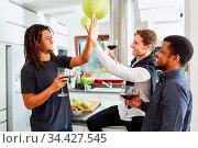 Lachende Studenten Freunde geben sich High Five auf Party zu Hause... Стоковое фото, фотограф Zoonar.com/Robert Kneschke / age Fotostock / Фотобанк Лори