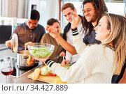 Alberne Gruppe Studenten beim gemeinsamen Kochen und Salat vorbereiten... Стоковое фото, фотограф Zoonar.com/Robert Kneschke / age Fotostock / Фотобанк Лори