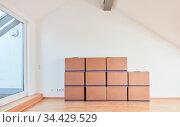 Umzugskartons in Dachgeschoss nach Umzug in eine neue helle Wohnung. Стоковое фото, фотограф Zoonar.com/Robert Kneschke / age Fotostock / Фотобанк Лори