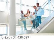 Gruppe Studenten steht zusammen in der Pause im Gebäude der Universität. Стоковое фото, фотограф Zoonar.com/Robert Kneschke / age Fotostock / Фотобанк Лори