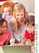 Multikulturelle Gruppe in Schule lernt mit Laptop im Unterricht. Стоковое фото, фотограф Zoonar.com/Robert Kneschke / age Fotostock / Фотобанк Лори