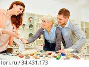 Frau berät Paar beim Juwelier bei der Auswahl von Schmuck. Стоковое фото, фотограф Zoonar.com/Robert Kneschke / age Fotostock / Фотобанк Лори