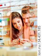 Lächelndes Paar beim Schmuck kaufen beim Juwelier. Стоковое фото, фотограф Zoonar.com/Robert Kneschke / age Fotostock / Фотобанк Лори