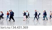 Geschäftsleute gehen als Business Gruppe auf Messe oder Konferenz. Стоковое фото, фотограф Zoonar.com/Robert Kneschke / age Fotostock / Фотобанк Лори