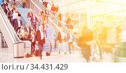 Bewegung von vielen anonymen Leuten auf einer Messe oder einem Kongress. Стоковое фото, фотограф Zoonar.com/Robert Kneschke / age Fotostock / Фотобанк Лори