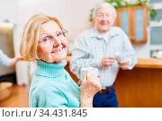 Zufriedene Senioren mit Tasse Kaffee beim Smalltalk im Aufenthaltsaum... Стоковое фото, фотограф Zoonar.com/Robert Kneschke / age Fotostock / Фотобанк Лори