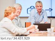 Senioren als Rentner in einem Kurs oder Seminar über Altersvorsorge... Стоковое фото, фотограф Zoonar.com/Robert Kneschke / age Fotostock / Фотобанк Лори