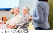 Senioren in einem Kurs oder Workshop der Erwachsenenbildung in der... Стоковое фото, фотограф Zoonar.com/Robert Kneschke / age Fotostock / Фотобанк Лори