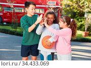 Multikulturelle Schüler in der Grundschule beim Sport geben sich ... Стоковое фото, фотограф Zoonar.com/Robert Kneschke / age Fotostock / Фотобанк Лори