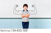 Kind als Schüler mit verschränkten Armen vor Muskeln an Tafel in ... Стоковое фото, фотограф Zoonar.com/Robert Kneschke / age Fotostock / Фотобанк Лори