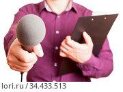 Mann von der Presse hält ein Klemmbrett und ein Mikrofon. Стоковое фото, фотограф Zoonar.com/Robert Kneschke / age Fotostock / Фотобанк Лори