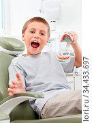 Junge mit Gebiss-Modell hat Spaß beim Zahnarzt. Стоковое фото, фотограф Zoonar.com/Robert Kneschke / age Fotostock / Фотобанк Лори