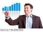 Manager präsentiert lächelnd Statistik auf einem Touchscreen. Стоковое фото, фотограф Zoonar.com/Robert Kneschke / age Fotostock / Фотобанк Лори