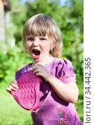 Little Caucasian girl screaming with small pink bag in hands, wearing dress is in summer garden. Стоковое фото, фотограф Кекяляйнен Андрей / Фотобанк Лори