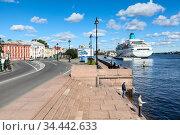 St. Petersburg, Russia-circa Sep, 2012: The Lieutenant Schmidt Embankment with cruise ferry pier is on the Neva river. It is located in the centre of city. Редакционное фото, фотограф Кекяляйнен Андрей / Фотобанк Лори