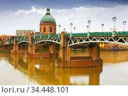 Chapel Saint-Joseph de la Grave and Saint Pierre bridge in Toulouse. Стоковое фото, фотограф Яков Филимонов / Фотобанк Лори