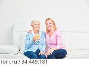Familie mit alter Seniorin als Mutter zu Hause. Стоковое фото, фотограф Zoonar.com/Robert Kneschke / age Fotostock / Фотобанк Лори