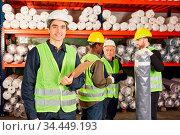 Lagerarbeiter Team arbeiten zusammen im Teppichlager einer Fabrik. Стоковое фото, фотограф Zoonar.com/Robert Kneschke / age Fotostock / Фотобанк Лори