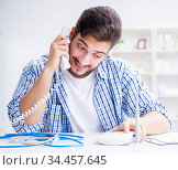 Man enjoying fast internet connection. Стоковое фото, фотограф Elnur / Фотобанк Лори
