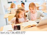 Mädchen Klasse einer Grundschule lernen im Unterricht am Laptop Computer. Стоковое фото, фотограф Zoonar.com/Robert Kneschke / age Fotostock / Фотобанк Лори