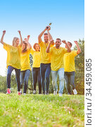 Glückliche Sieger Mannschaft mit Pokal jubelt auf einer Wiese bei... Стоковое фото, фотограф Zoonar.com/Robert Kneschke / age Fotostock / Фотобанк Лори