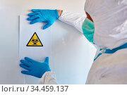 Mediziner mit Biogefährdung Warnung in Klinik bei Coronavirus Epidemie. Стоковое фото, фотограф Zoonar.com/Robert Kneschke / age Fotostock / Фотобанк Лори