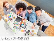 Kreatives Grafikdesigner Team hat eine Idee zur Farbgestaltung einer... Стоковое фото, фотограф Zoonar.com/Robert Kneschke / age Fotostock / Фотобанк Лори