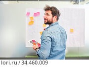 Junger Business Mann hat eine Idee beim kreativen Brainstorming mit... Стоковое фото, фотограф Zoonar.com/Robert Kneschke / age Fotostock / Фотобанк Лори